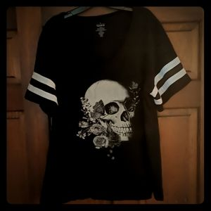 Torrid skull and roses Vneck tee size 4